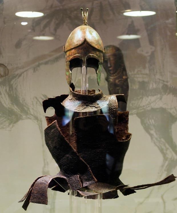 Otro túmulo búlgaro que escapó al expolio fue el de un aristócrata Odrisio cuyo ajuar funerario incluía esta armadura y este casco. (Foto: Ann Wuyts/Wikimedia Commons)