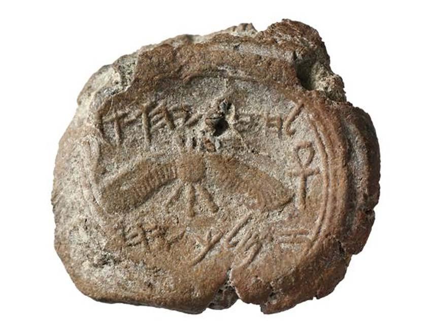 Esta bulla de arcilla con el sello del rey Ezequías fue descubierta en la misma zona de excavaciones, a sólo 3 metros de donde fue descubierto el sello de 'Isaías'. (Ouria Tadmor/Eilat Mazar)