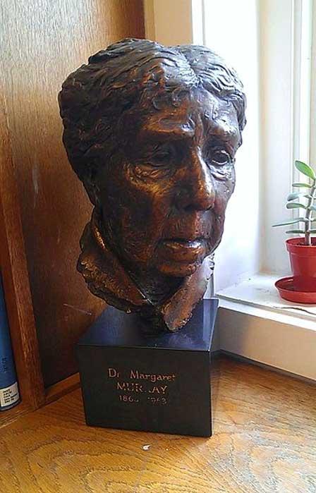 Busto de la arqueóloga anglo-india, egiptóloga y folclorista Dra. Margaret Murray. Biblioteca del Instituto de Arqueología del University College de Londres. (CC BY-SA 3.0)