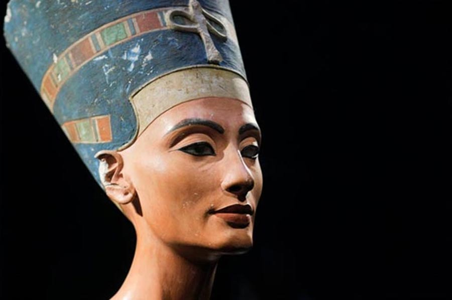 El famoso busto de Nefertiti descubierto por Ludwig Borchardt forma parte de la colección del Museo Egipcio de Berlín. Actualmente se encuentra expuesto en el Altes Museum, también de Berlín. (Public Domain)