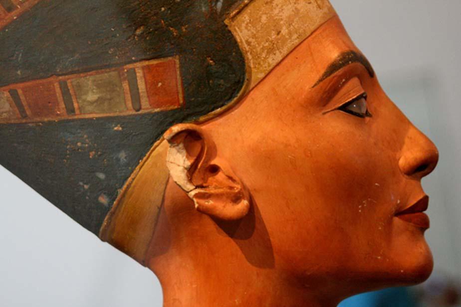 Busto de la reina del antiguo Egipto Nefertiti con maquillaje de kohl delineando el contorno de sus ojos. (alberto a.s. / flickr)