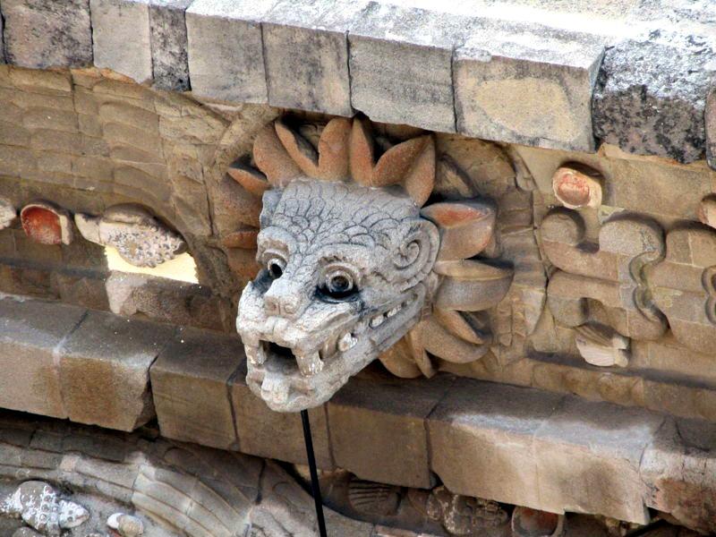 Busto de la Serpiente Emplumada en el Templo de Quetzalcóatl de Teotihuacán, México. (James/Flickr)