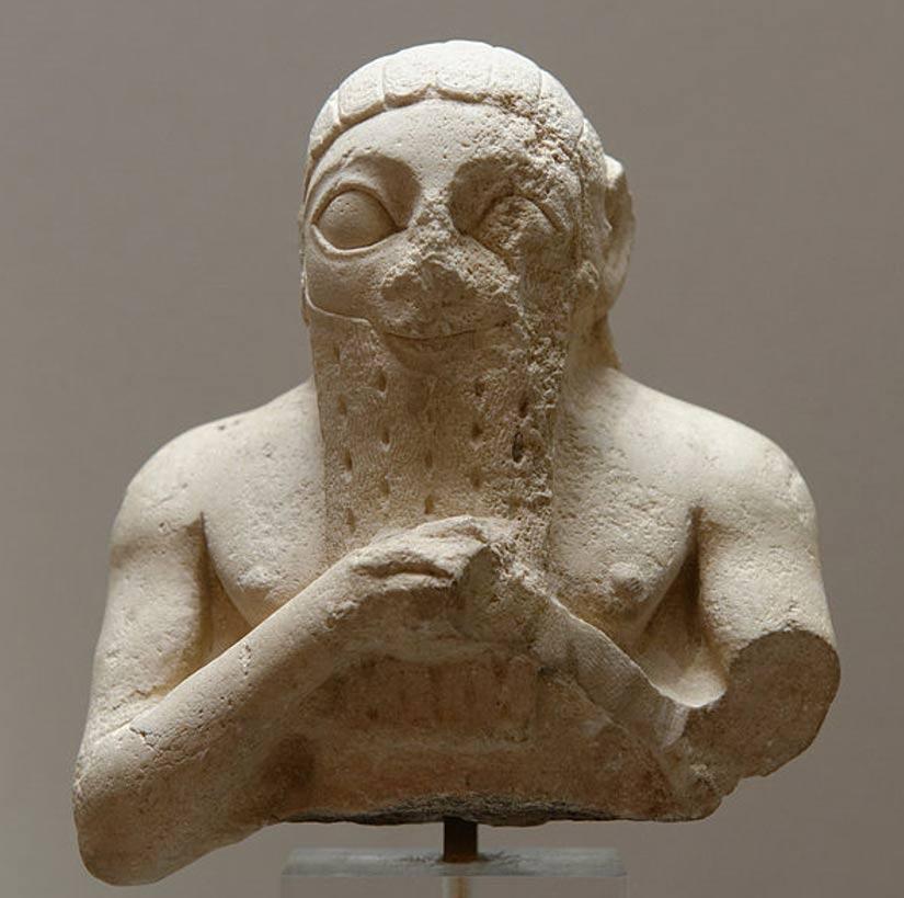 Busto masculino, quizás de Lugal-kisal-si, rey de Uruk. Piedra caliza, Período Dinástico Temprano III. Descubierto en la antigua ciudad sumeria de Adab (hoy Bismaya). (Dominio público)
