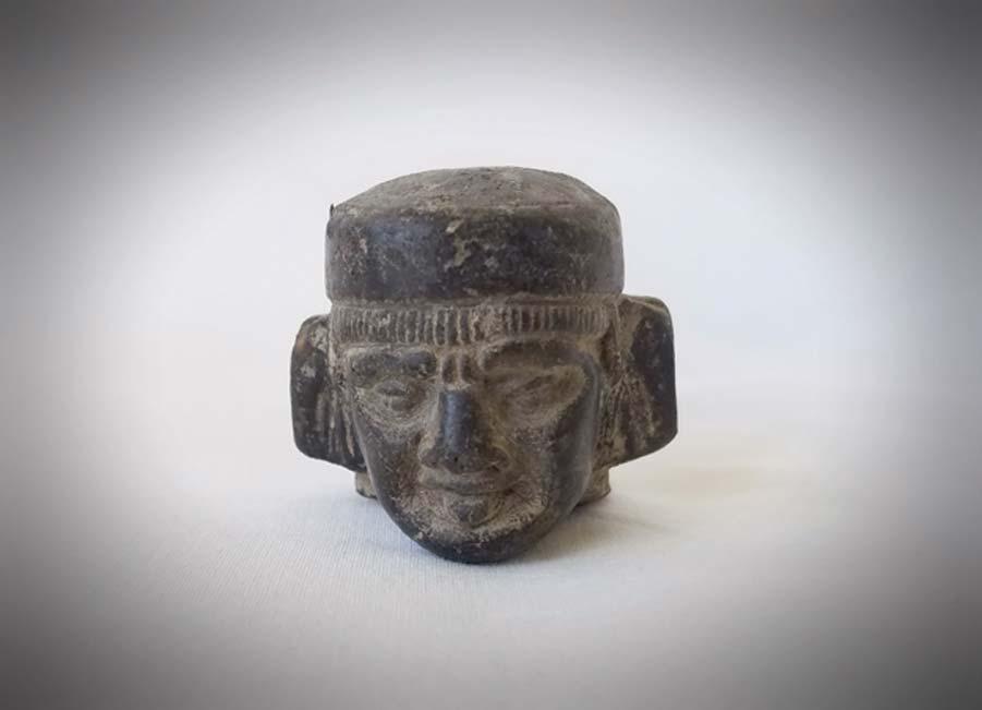 Fotografía de la cabeza de una estatuilla de Chac-Mool - colección privada del autor.