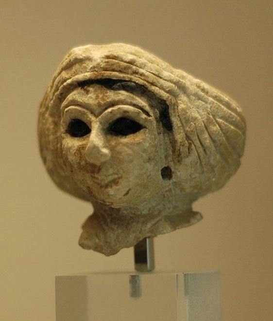 Cabeza de una mujer de Mesopotamia con turbante. (Dominio público)