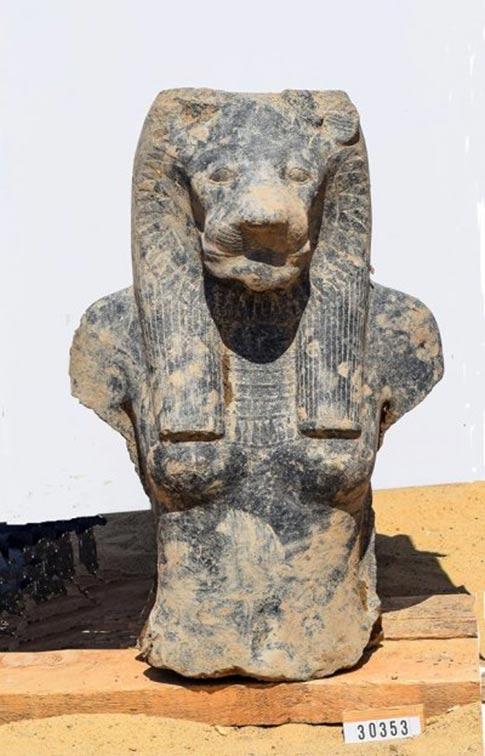 Cabeza y torso de una de las estatuas (Ministerio de Antigüedades de Egipto)