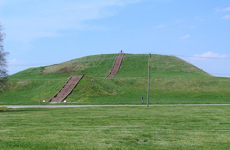 El Monk's Mound con sus escaleras reconstruidas, en una fotografía tomada en el 2007; en las reparaciones realizadas en Cahokia en el año 2005 se reforzó la estructura del túmulo a fin de prevenir un posible derrumbe. (Foto: Skubasteve834/Wikimedia Commons)