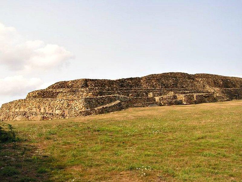 El Cairn de Barnenez, oficialmente la construcción más antigua del mundo, que data del año 4850 antes de Cristo. (Fotografía: Hipertextual)