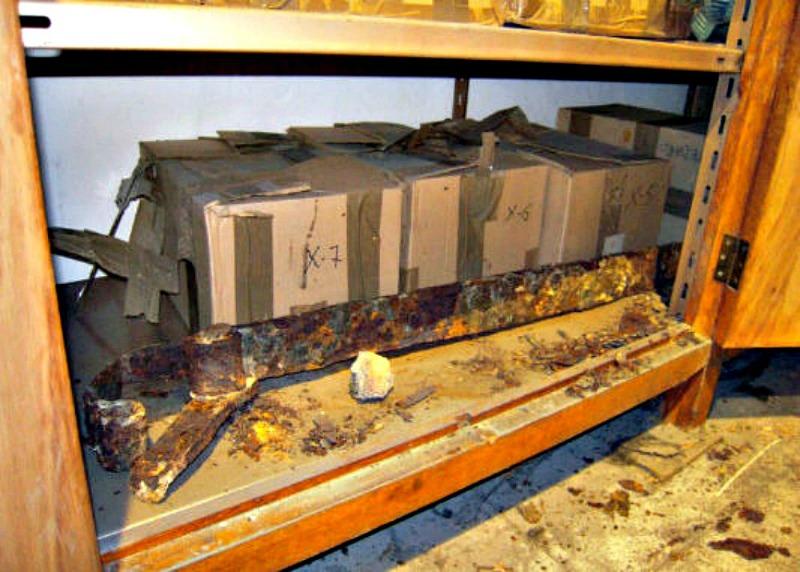Las cajas tal y como fueron descubiertas dentro de un mueble de madera en las dependencias municipales de la ciudad de Pamplona. (Fotografía: pamplonaactual.com)