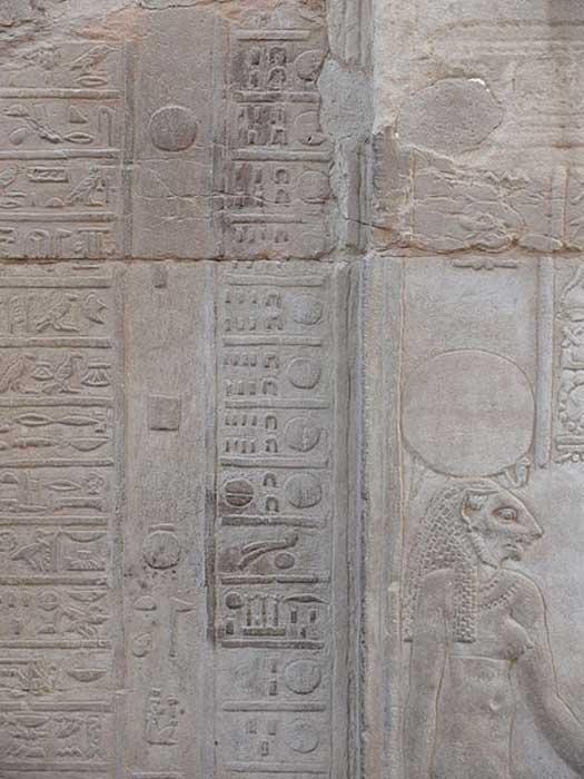 Calendario en el templo de Kom Ombo. (Ad Meskens/CC BY SA 3.0). Este calendario nos muestra los jeroglíficos de los días del cuarto mes de la cosecha y el primer día de la Estación de la Crecida. El jeroglífico 'Peret' en el 30º día del mes indica el final de la Estación de la Cosecha. Los cinco días epagómenos no figuran.