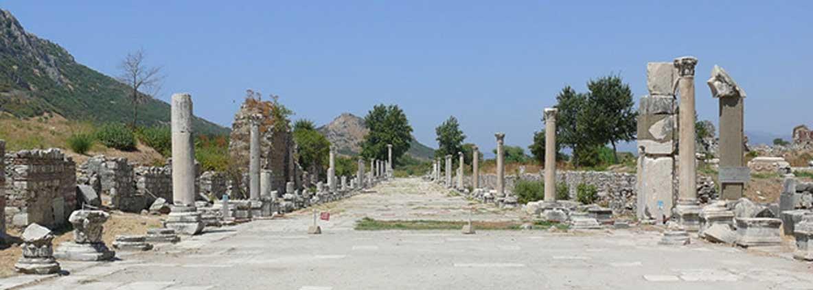 Vista de una antigua calle en las excavaciones arqueológicas de Éfeso, antigua ciudad griega situada en la costa oeste de Anatolia, cerca de la actual Selçuk, provincia de Izmir, Turquía. (Ad Meskens/CC BY SA 3.0)