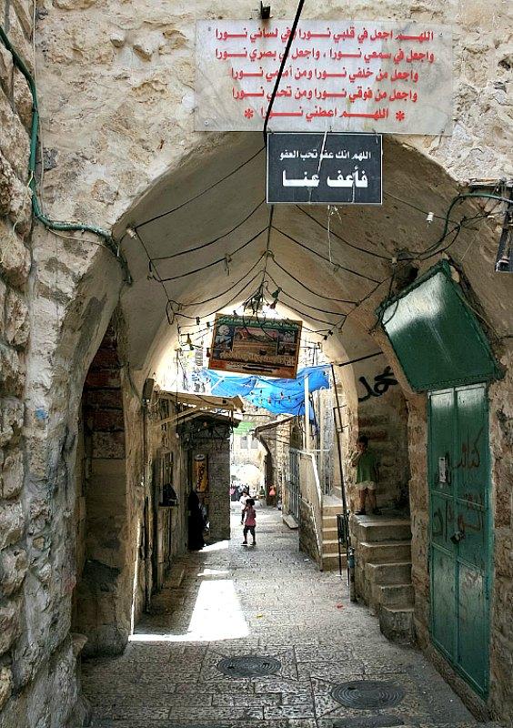 Callejuela típica de la Ciudad Vieja de Jerusalén, calificada por la UNESCO como Patrimonio de la Humanidad en peligro. (Diego Delso/CC BY-SA 3.0)