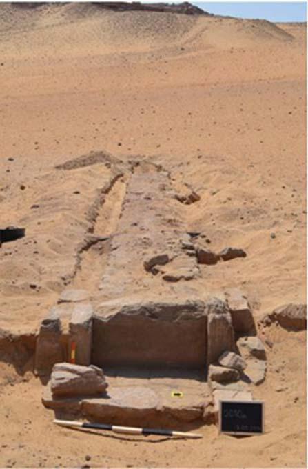 La calzada que conduce a la tumba de Sarenput I. Panorámica en dirección a la necrópolis de Qubbet el-Hawa. (Sociedad para la Exploración de Egipto)