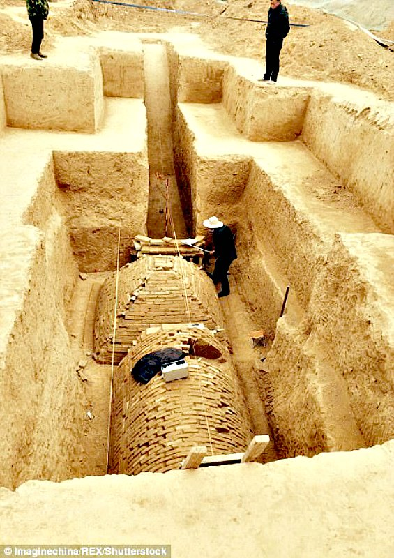 Vista superior de la cámara funeraria recientemente descubierta en China en la que se observan dos extrañas tumbas: una con forma piramidal y otra semicilíndrica. Fue el personal de la Oficina de Reliquias Culturales de Zhengzhou el que las sacó a la luz de forma casual. (Fotografía: Código Oculto)