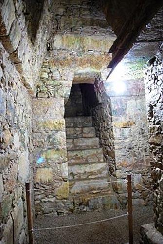 Puerta de la cámara funeraria con la escalera que conduce hasta ella. (CC BY-SA 3.0)