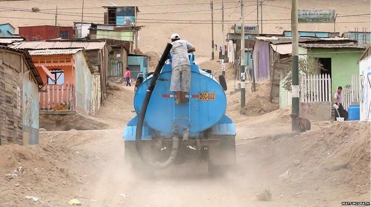 Pagar por agua suministrada por un camión forma parte de la rutina diaria de muchos habitantes de Perú. Fotografía: Matt McGrath / BBC