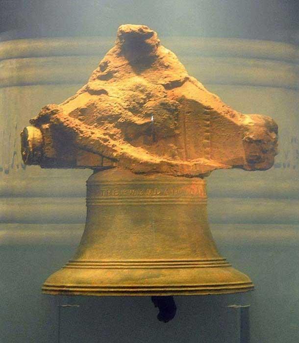 """La campana del Whydah, recuperada del barco pirata naufragado, con la inscripción, """"THE WHYDAH GALLY 1716"""". (CC by SA 2.0)"""
