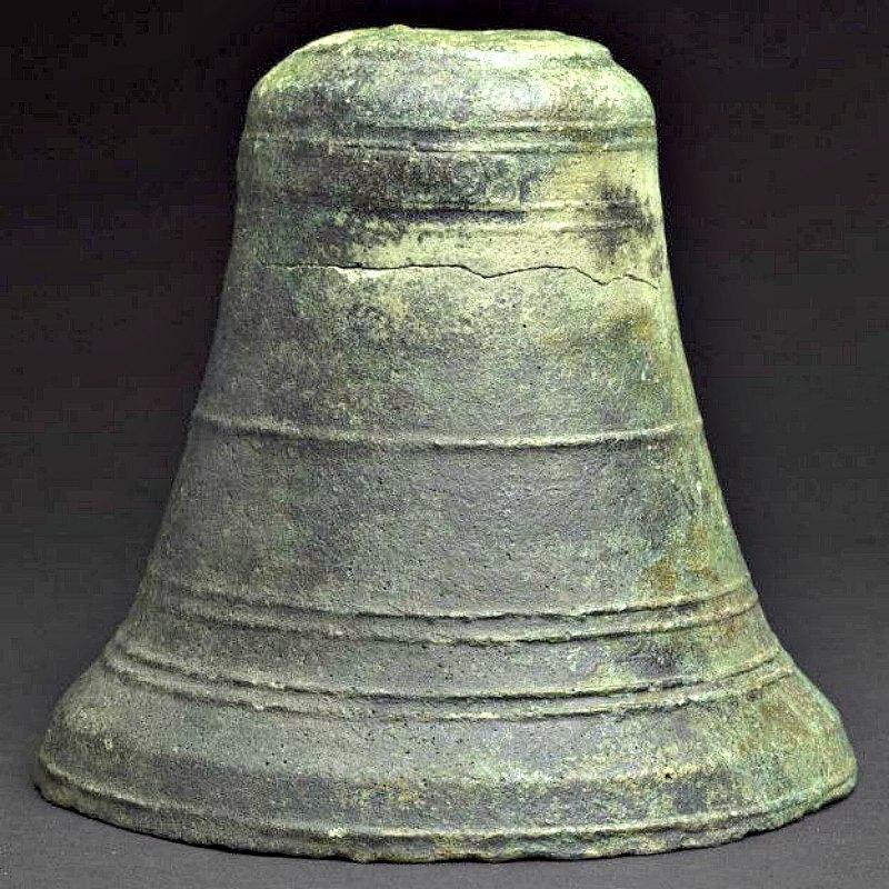 La fecha de 1498, grabada en la parte superior de esta campana de bronce, sugiere a los investigadores que ése fue precisamente el año en el que fue construido el 'Esmeralda', tristemente hundido y desaparecido durante más de cinco siglos. (Fotografía: esmeraldashipwreck.com/La Gran Época)