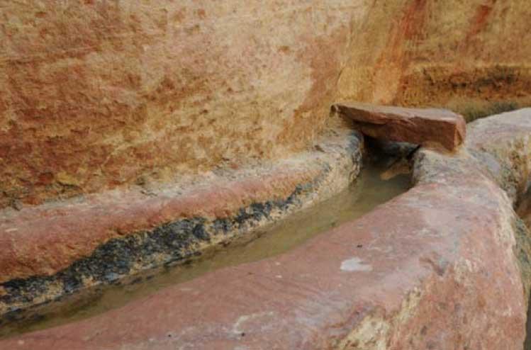Canalización del acueducto en la que se observa parte de la roca que la cubría en el pasado. (Fotografía cortesía de Larry W. Mays)