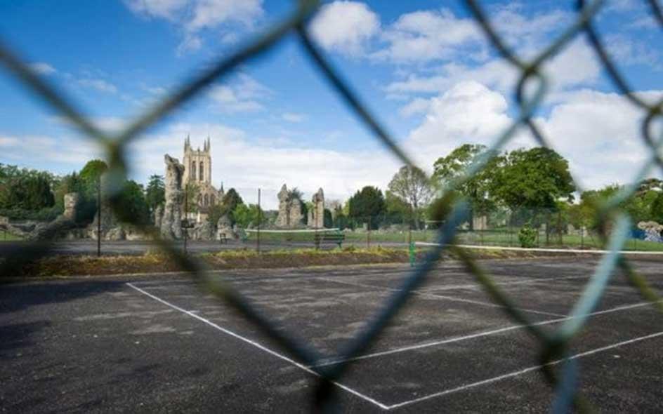La cancha de tenis bajo la cual podrían encontrarse los restos del rey Edmundo. (Credit: SWNS)