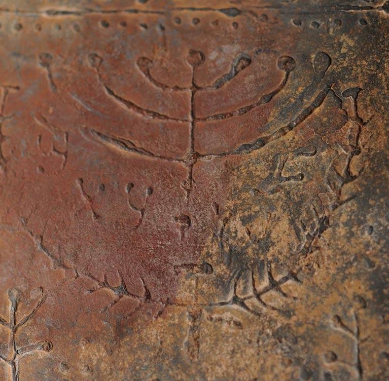 Representación de la menorá de siete brazos en uno de los códices. (© David Elkington)