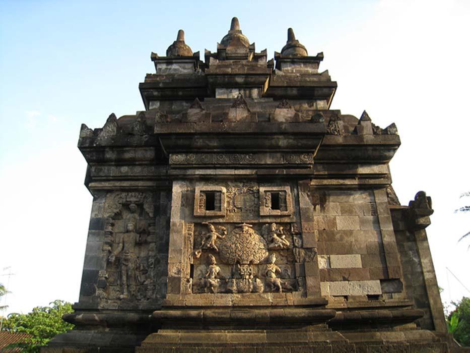 Uno de los magníficos 'candi' (templos) que se pueden encontrar en la isla indonesia de Java (Wikimedia Commons photo/Anandajoti)