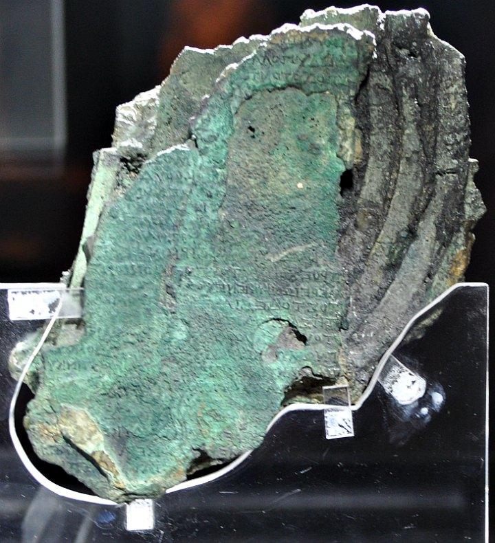 Fragmento del Mecanismo de Anticitera en el que pueden observarse claramente los caracteres grabados sobre su superficie. Museo Arqueológico Nacional de Atenas, Grecia. (Juanxi/CC BY-SA 3.0)