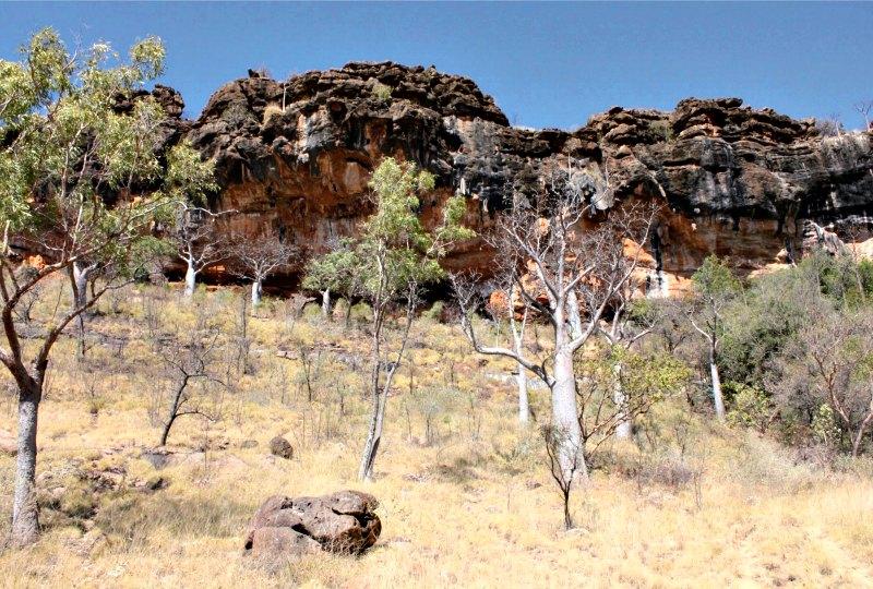 El gran abrigo rocoso del Parque Nacional australiano de Windjana Gorge, denominado 'Carpenter's Gap 1', lugar en el que fue descubierta el hacha. (Fotografía: Australian Archaeology/ tandfonline /ANU)
