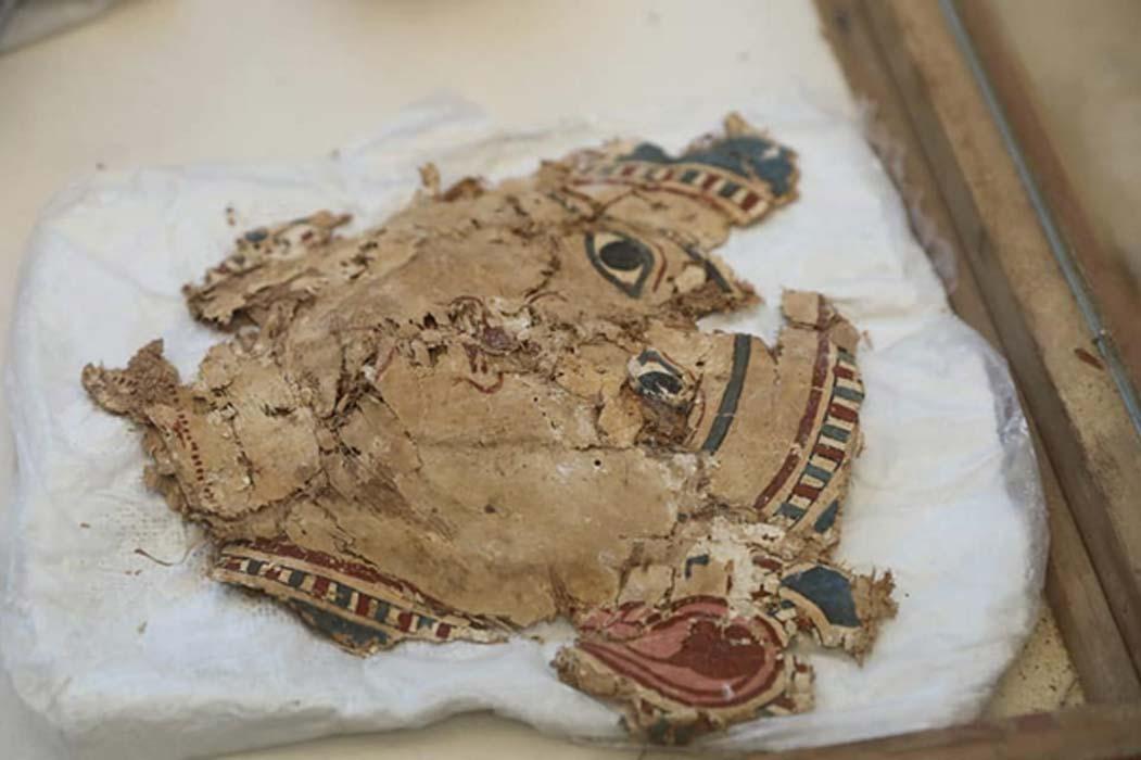 Fragmentos de cartonaje coloreado hallados con los vendajes de las momias