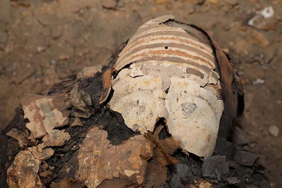 Cartonaje de colores sobre el rostro de una de las momias
