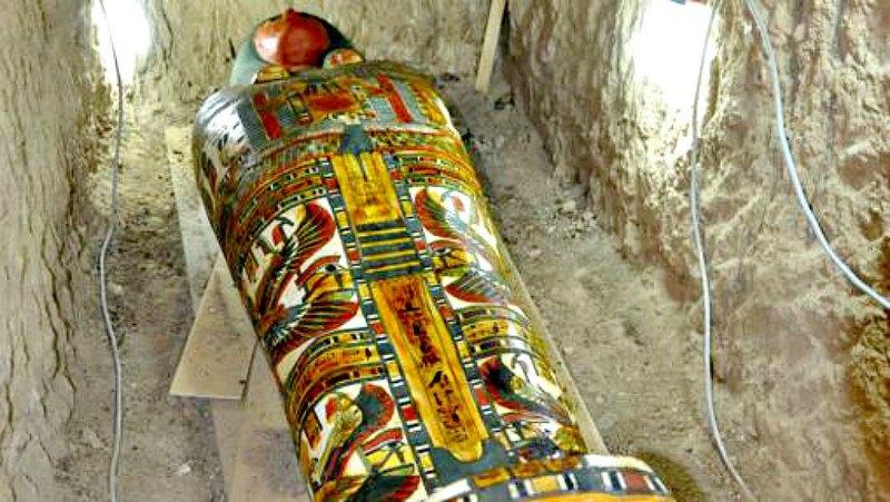 Fotografía del hermoso cartonaje de la momia de Amón Renef, adornado con elementos religiosos como símbolos solares, la cobra, las diosas protectoras Isis y Neftis con las alas desplegadas y los hijos de Horus, que custodiaban las vísceras del difunto. (Fotografía: ABC/Thutmose III Project)