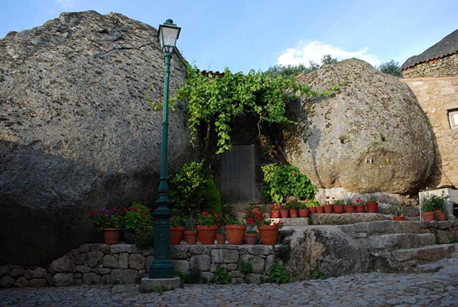 Casa de Monsanto construida entre dos rocas. (CC BY-SA 3.0)