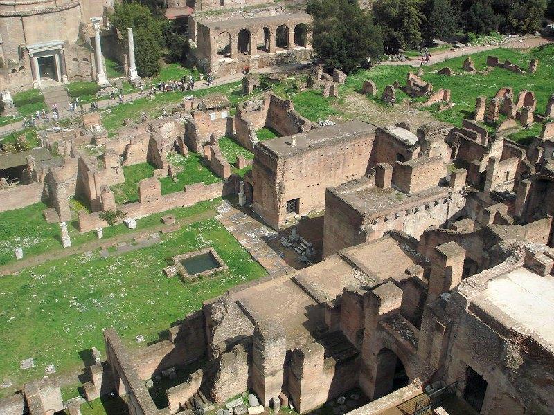 Panorámica aérea de las ruinas de la Casa de las Vestales en el foro romano, situada en el Monte Palatino. (Public Domain)