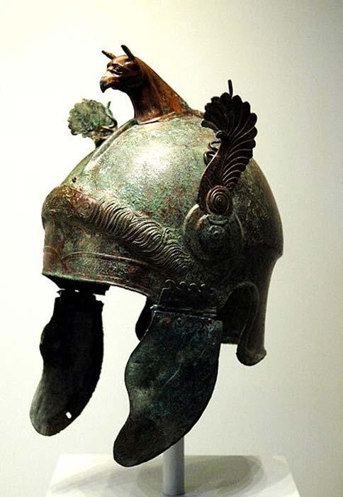 Casco alado griego de bronce hecho en el sur de Italia, 350 a. C. – 300 a. C. La elaborada decoración de este casco sugiere que era estrictamente ceremonial y no fue diseñado para ser utilizado en batalla. (CC BY 2.0)