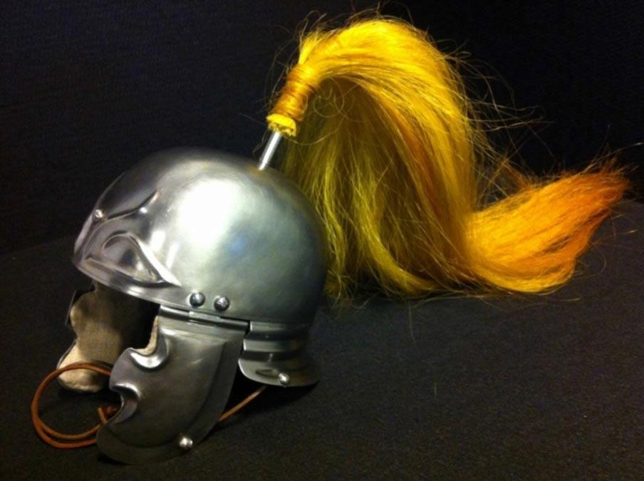 Réplica del casco de hierro de un hombre a caballo del Ejército romano del siglo I a. C. Fotografía: Universidad Libre de Ámsterdam