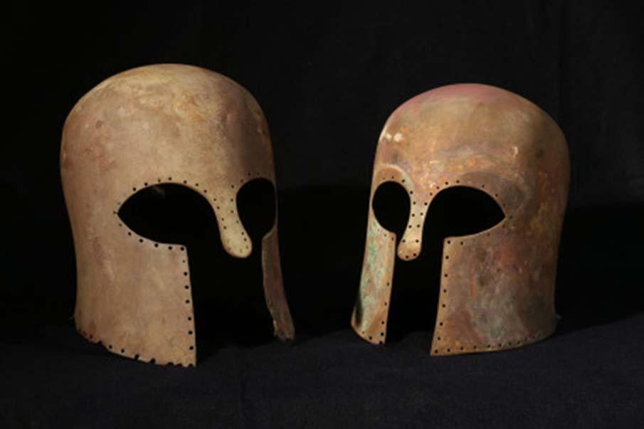Los dos cascos corintios de bronce. (Salvo Emma, Soprintendenza del Mare-Regione Sicilia)