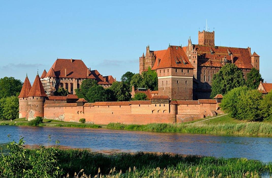 Castillo de Malbork (Marienburg) desde la orilla opuesta del Nogat. (CC BY-SA 3.0)