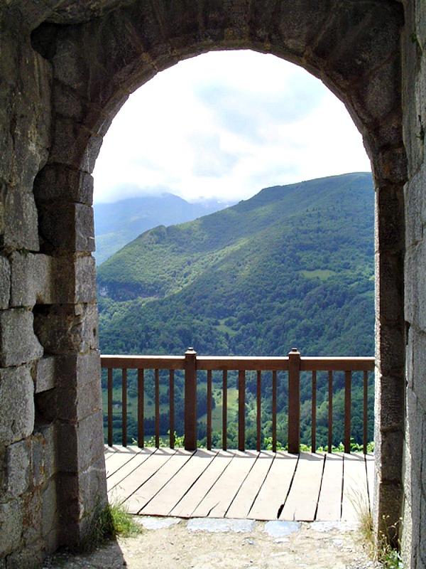 Panorámica desde el interior del Castillo de Montségur, una fortaleza abrazada por el misterio y la leyenda. (levieuxchiendetalus/CC BY-SA 3.0)