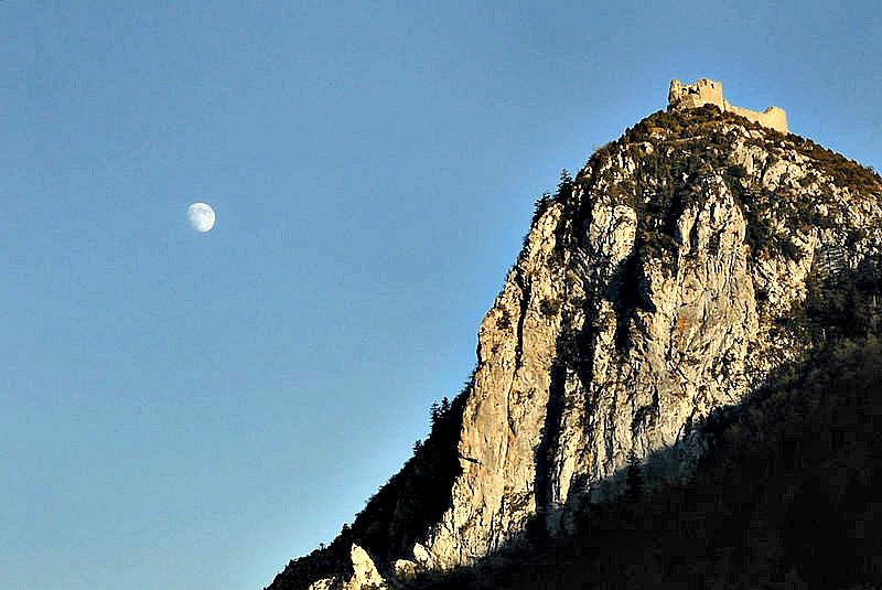 Esta increíble fortaleza fue construida sobre el gran peñasco final del imponente monte Pog, a 1200 metros de altura sobre el nivel de mar. (Lamecast/ CC BY-SA 3.0)