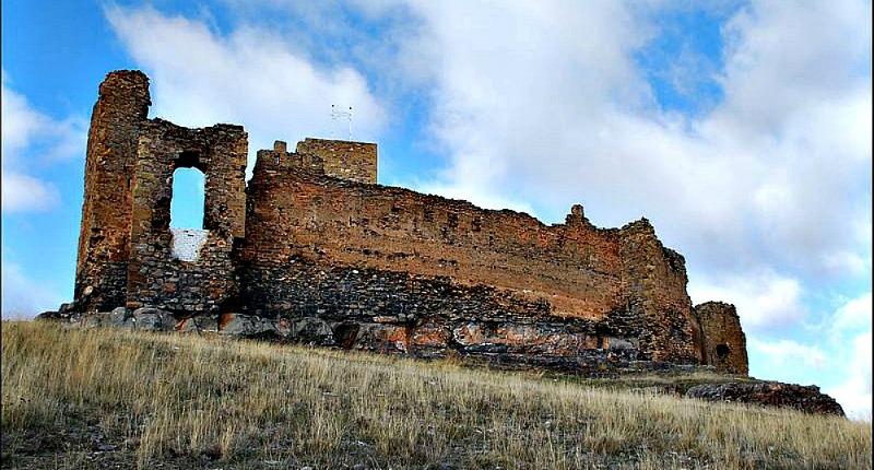Actuales ruinas del castillo de Trasmoz, antiguo escenario de batallas y aquelarres. (Juanje 2712/ CC BY-SA 3.0)