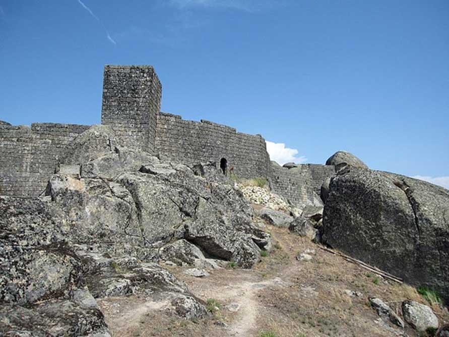 Por encima del pueblo hay un castillo/fortaleza medieval que fue construido en el siglo XII. (CC BY-SA 3.0)