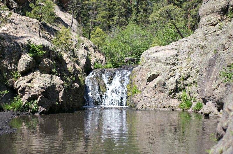 Un nuevo estudio analiza la despoblación de los pueblos indígenas de Jemez (Nuevo México) y la vincula con cambios en el crecimiento de los bosques y en el patrón de incendios. Fotografía de una de las Cataratas de Jemez: una serie de cascadas situadas en las montañas de Jemez. (NMMIMAJ/CC BY-SA 3.0)