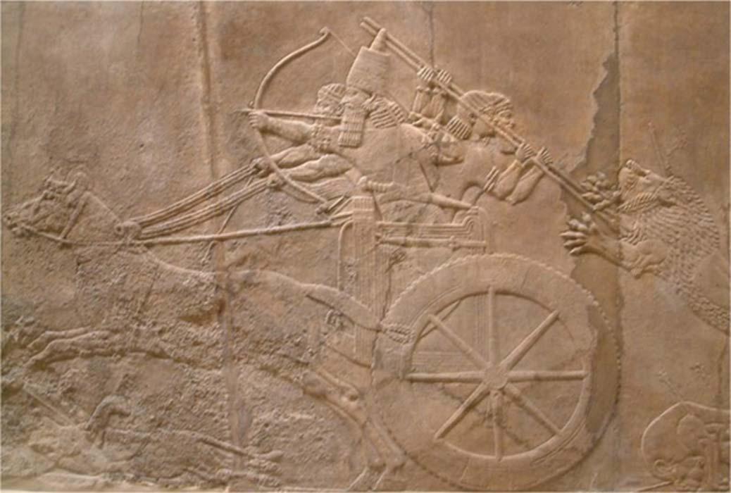 'La caza real del león', relieve del Palacio Norte de Nínive (645-635 a. C.) expuesto en el Museo Británico. El rey dispara flechas mientras sus sirvientes rechazan el ataque de un león herido. (Mark.murphy/CC BY SA 3.0)