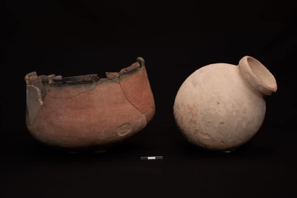 Vasijas cerámicas descubiertas en la tumba de la joven embarazada de Kom Ombo, ajuar funerario para la mujer y su pequeño. Crédito: Ministerio de Antigüedades egipcio
