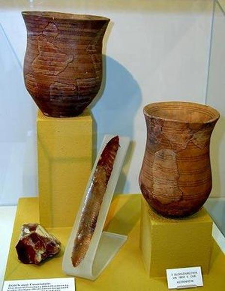 Los típicos vasos de cerámica de la Cultura del Vaso Campaniforme, llamados así por su forma de campana invertida (Public Domain)