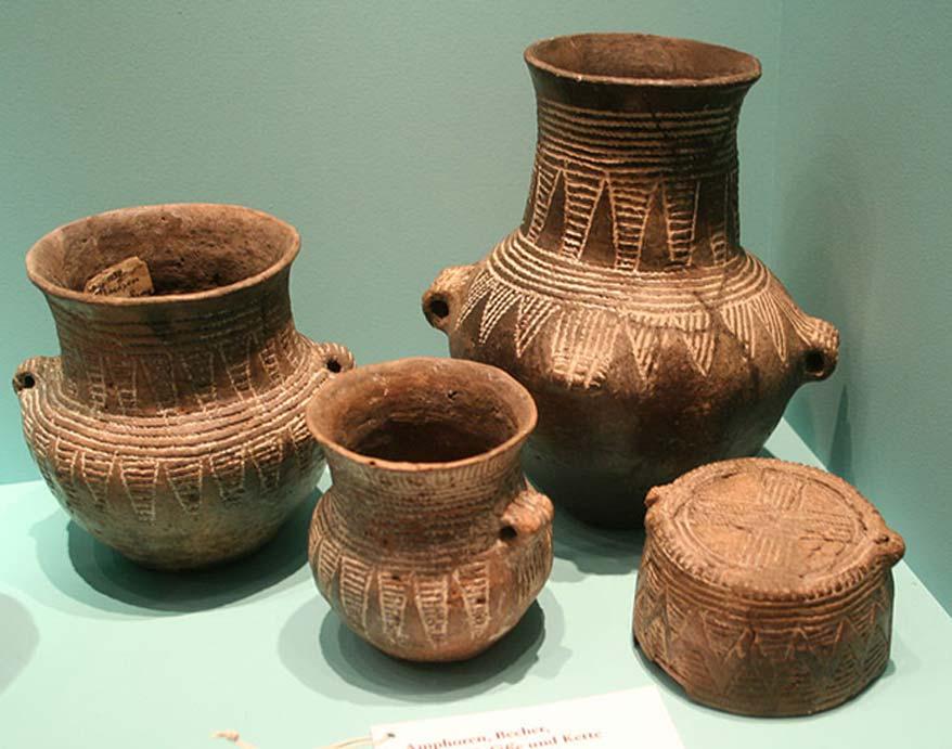 Varios ejemplos de cerámica cordada. (Einsamer Schütze/CC BY SA 3.0) De la cultura taiwanesa Dabenkeng (a la que los expertos creen que habrían pertenecido la madre y su hijo) destacan sus piezas de cerámica cordada y azuelas de piedra.