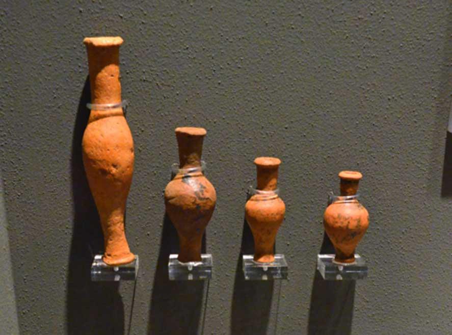 Cerámica griega: unguentaria, lámpara y pequeños recipientes hallados en Volimos y datados en el período helenístico, siglo III a. C. (Dan Diffendale / Flickr)