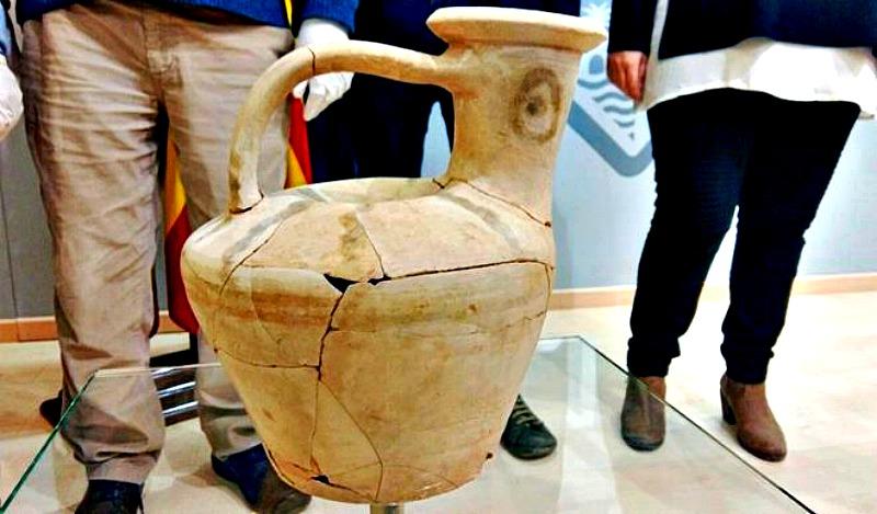 Pieza cerámica votiva recuperada durante la pasada campaña de excavaciones, ubicada en un pozo de 3 metros de profundidad descubierto en Na Galera. (Fotografía: El Mundo)