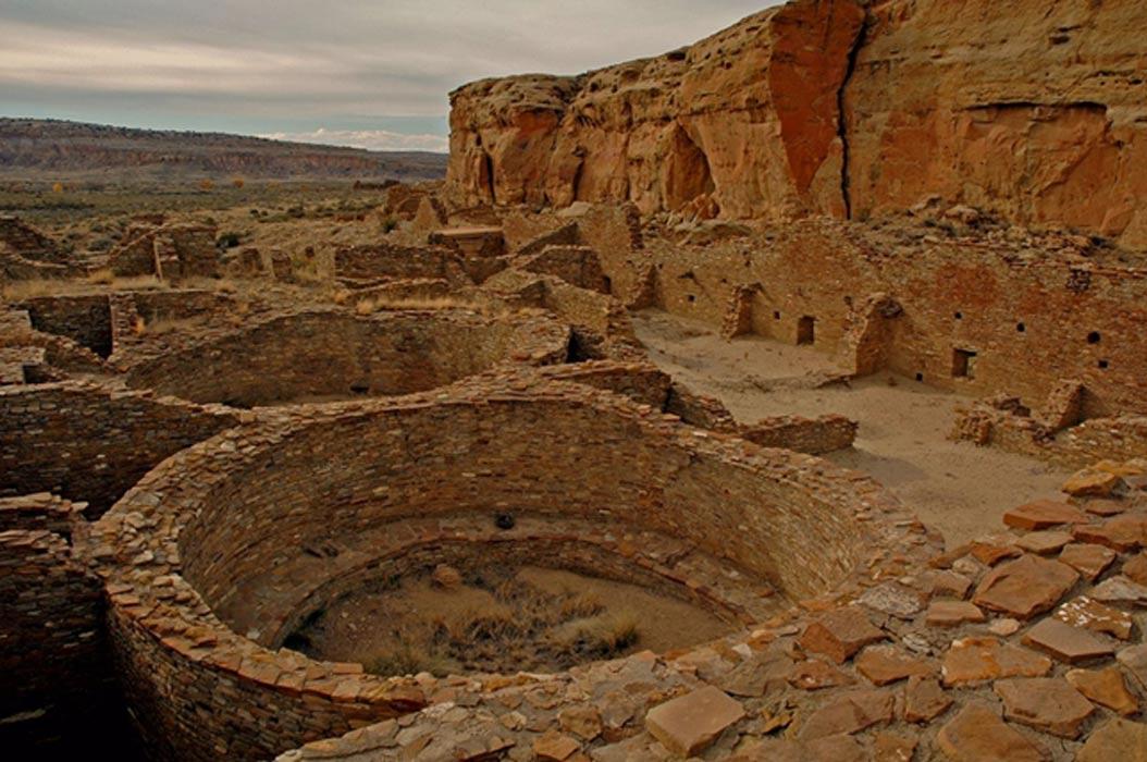 Chetro Ketl, una de las Grandes Casas de los Pueblo, se encuentra en el yacimiento arqueológico del Parque Histórico Nacional de la Cultura Chaco, Nuevo México (Public Domain)