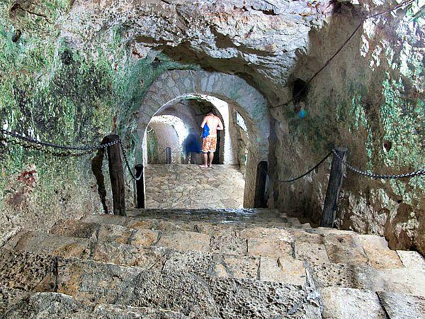Túneles subterráneos de acceso a un cenote próximo a Chichen Itzá (Wikimedia Commons)